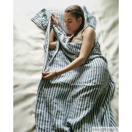 Kompaktiškas lininis miegmaišis, suminkštintas, dryžuotas.